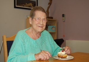 Norah Crossling in the Hartlepool & District Hospice in February 2015 using cutlery provided by the Cutlers' Company.